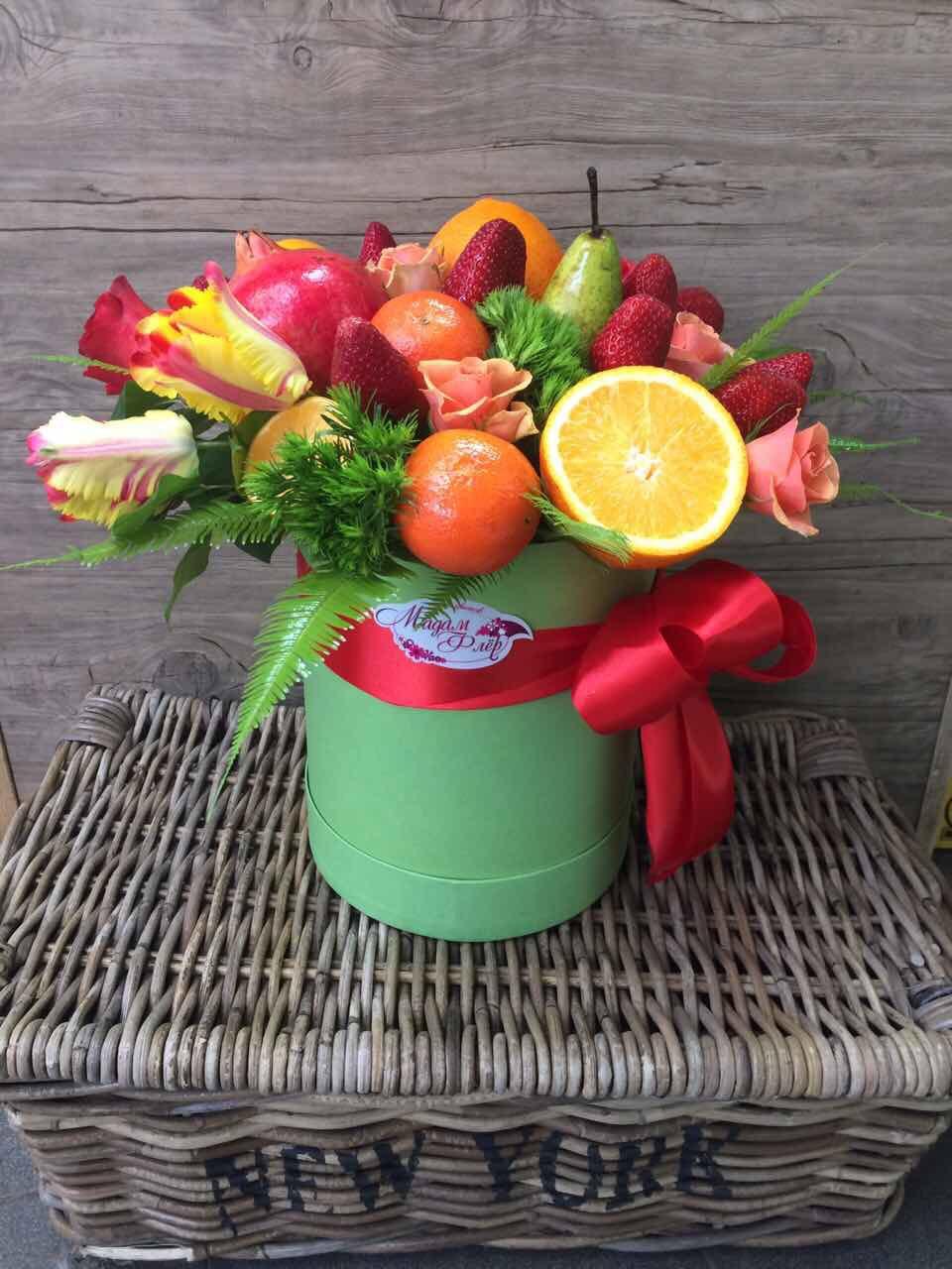 Коробка с фруктами и цветами фото и